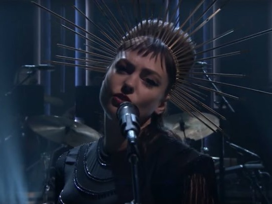 """Watch Angel Olsen Sing A Goosebump-Inducing """"All Mirrors"""" With An Orchestra On Fallon"""