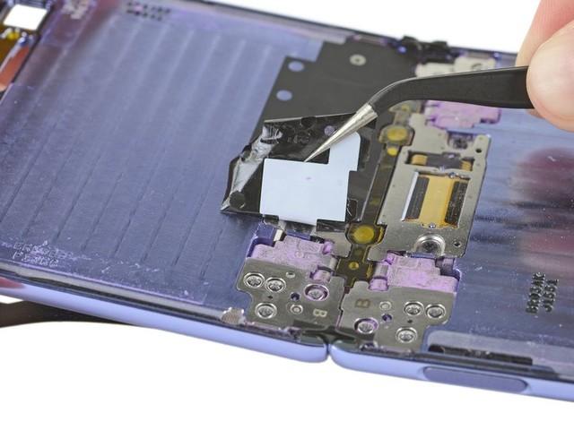 Samsung Galaxy Z Flip is very vulnerable to dust, teardown shows