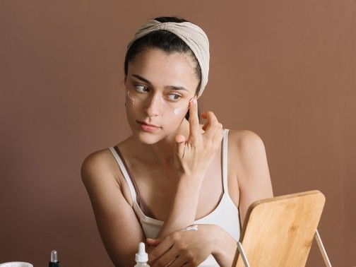 Is This Essential Oil Good For Acne? What The Derms Actually Think