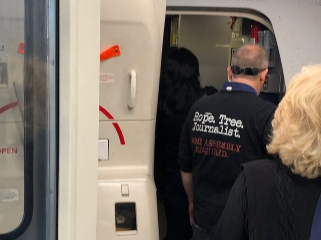 A United Airlines passenger wore a shirt that referenced lynching journalists, worrying other passengers and raising a debate over threats on planes (UAL)