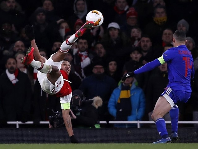Watch: Arsenal Star Pulls Off Incredible Bicycle Kick Then Misses Sitter