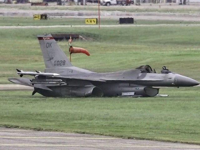 Video captures moment after pilot ejected from fiery F-16