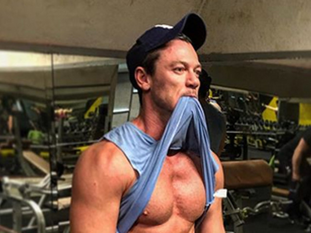 Luke Evans Shows Off His Abs in New Fitness Progress Photo