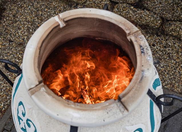 Amphora tandoors hussutes kemencebe logatassal faparazs felett dastarkhan 03