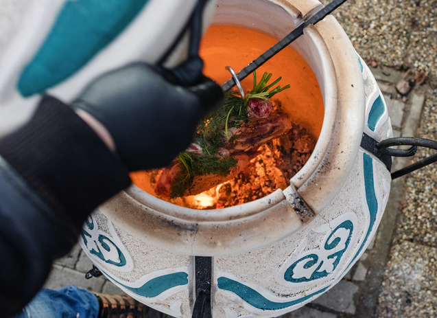 Amphora tandoors hussutes kemencebe logatassal faparazs felett dastarkhan 06