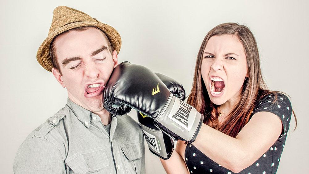 Frau schlägt Mann – Verhaltensbedingte Kündigung