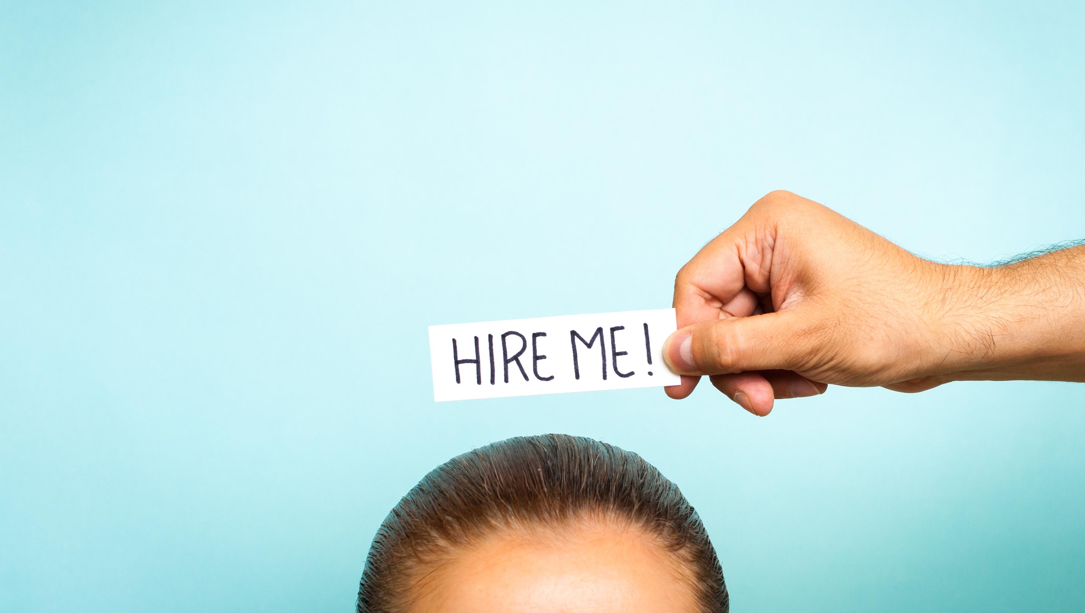 """Hire me"" Schild an attraktiven Arbeitgeber gerichtet"
