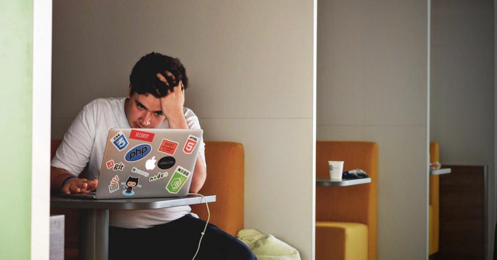 verzweifelter Student beim Lernen
