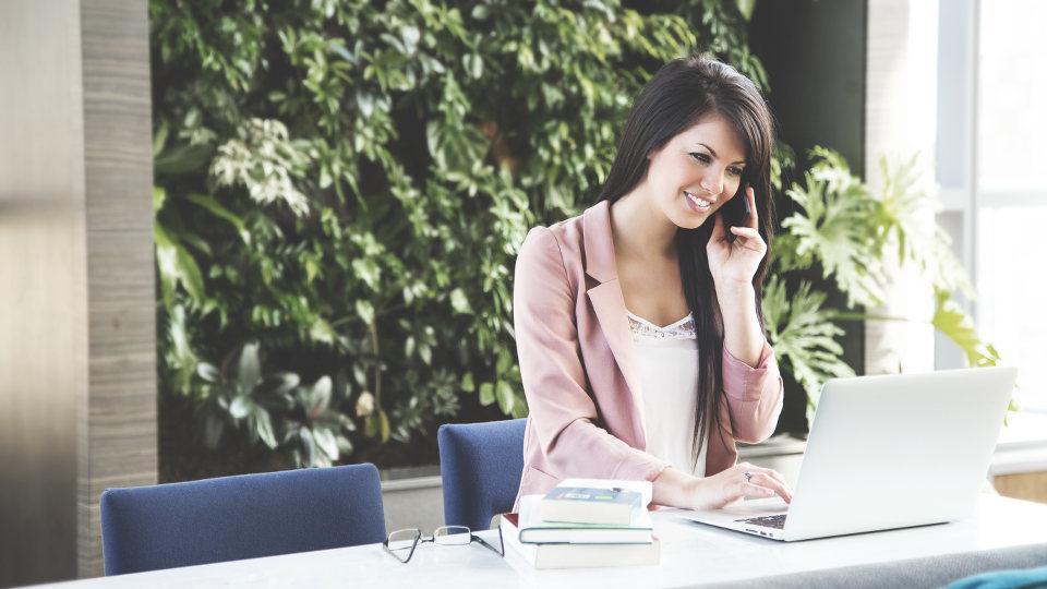 Frau am Schreibtisch telefoniert – Assistenz der Geschäftsführung