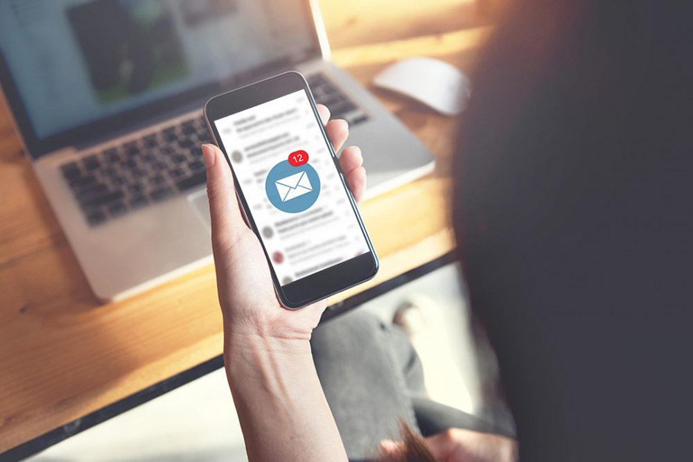 Handy mit E-Mails – Bewerbungen über Jobportale im Blick behalten