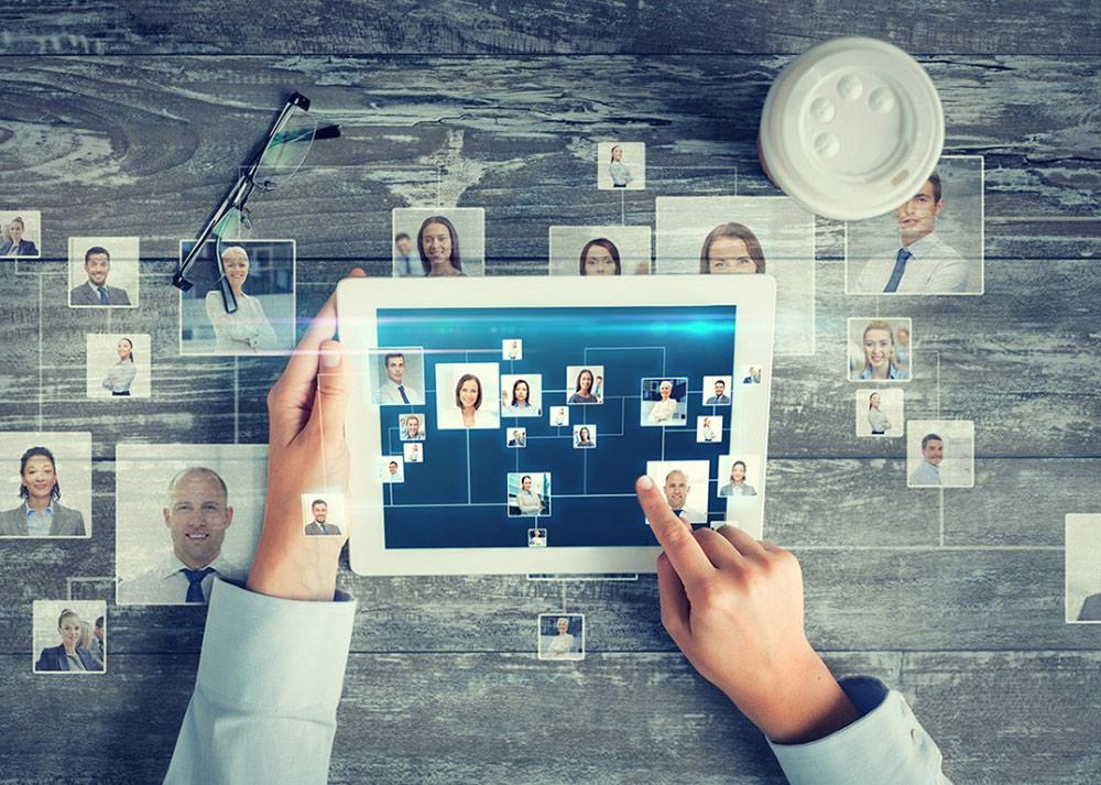 Tablet mit verschiedenen Kontakte – Berufliches Netzwerk aufbauen