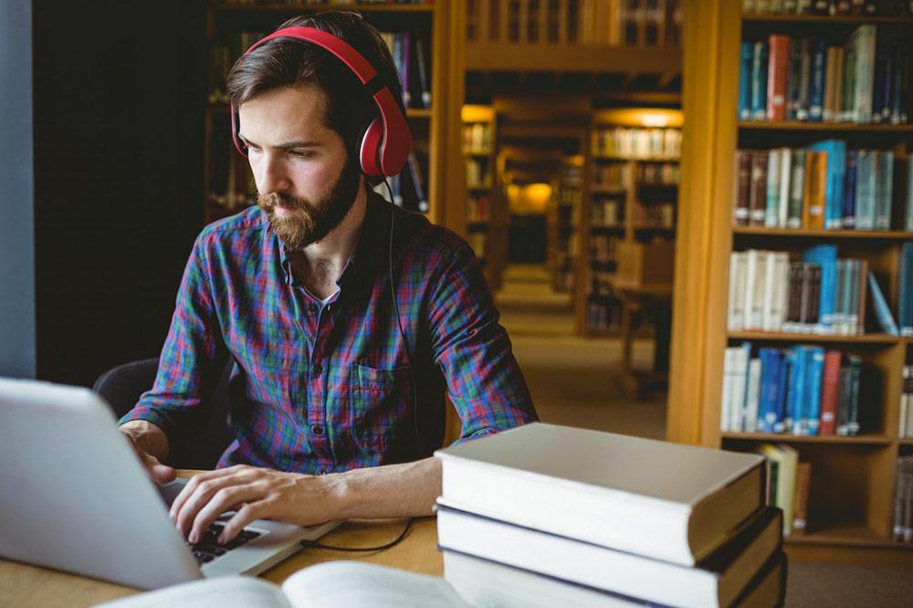 Mann bei Literaturrecherche für Bachelorarbeit