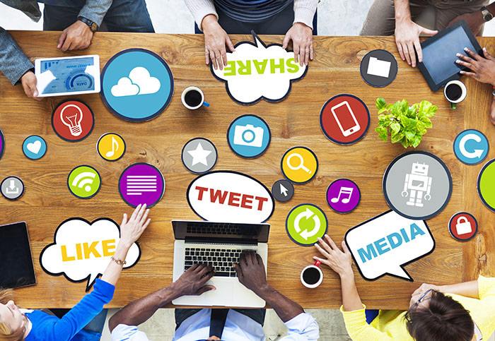 Tisch mit verschiedenen Begriffen aus dem Social Media Marketing