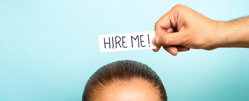 """Frau mit """"Hire me"""" über dem Kopf – Berufseinstieg mit 30"""