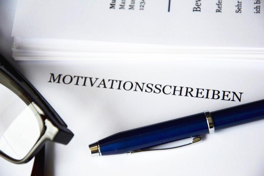 Bild von Deckblatt und Stift – Motivationsschreiben