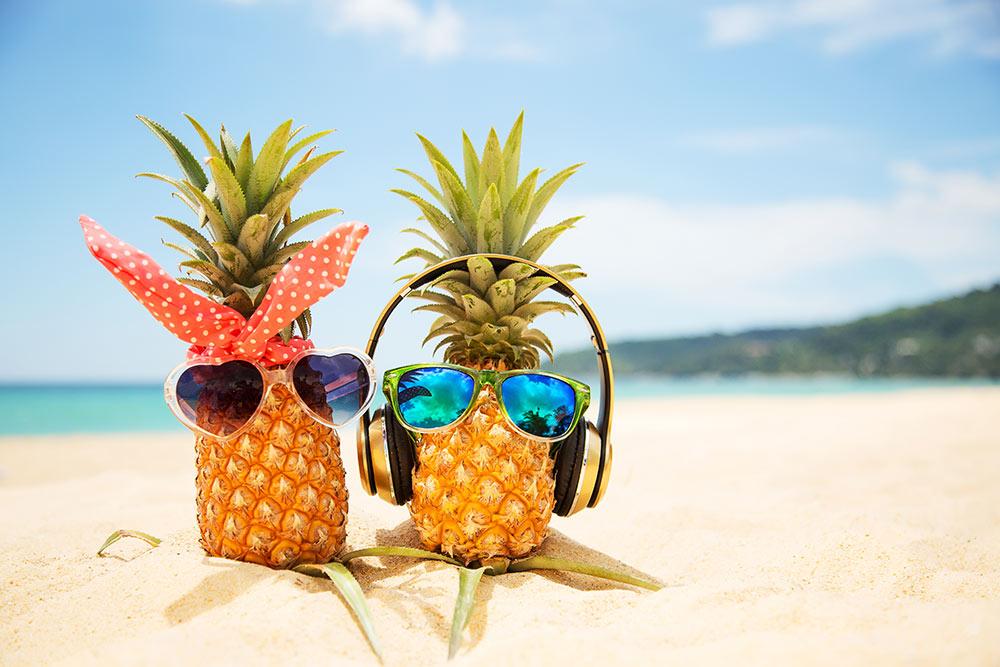 Zwei Ananas am Strand – Job kündigen, Auszeit nehmen