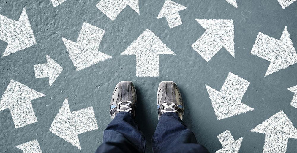 Füße mit Pfeilen – Berufliche Neuorientierung Ziele setzen