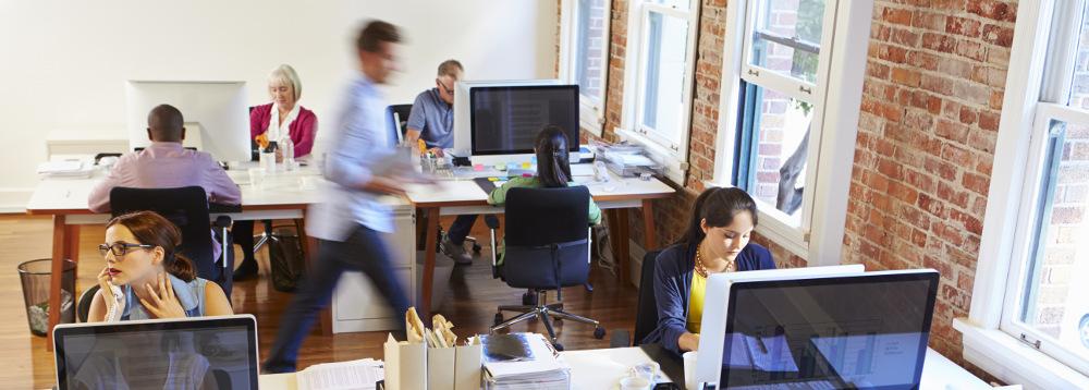 Student schreibt Bachelorarbeit im Unternehmen an seinem Arbeitsplatz