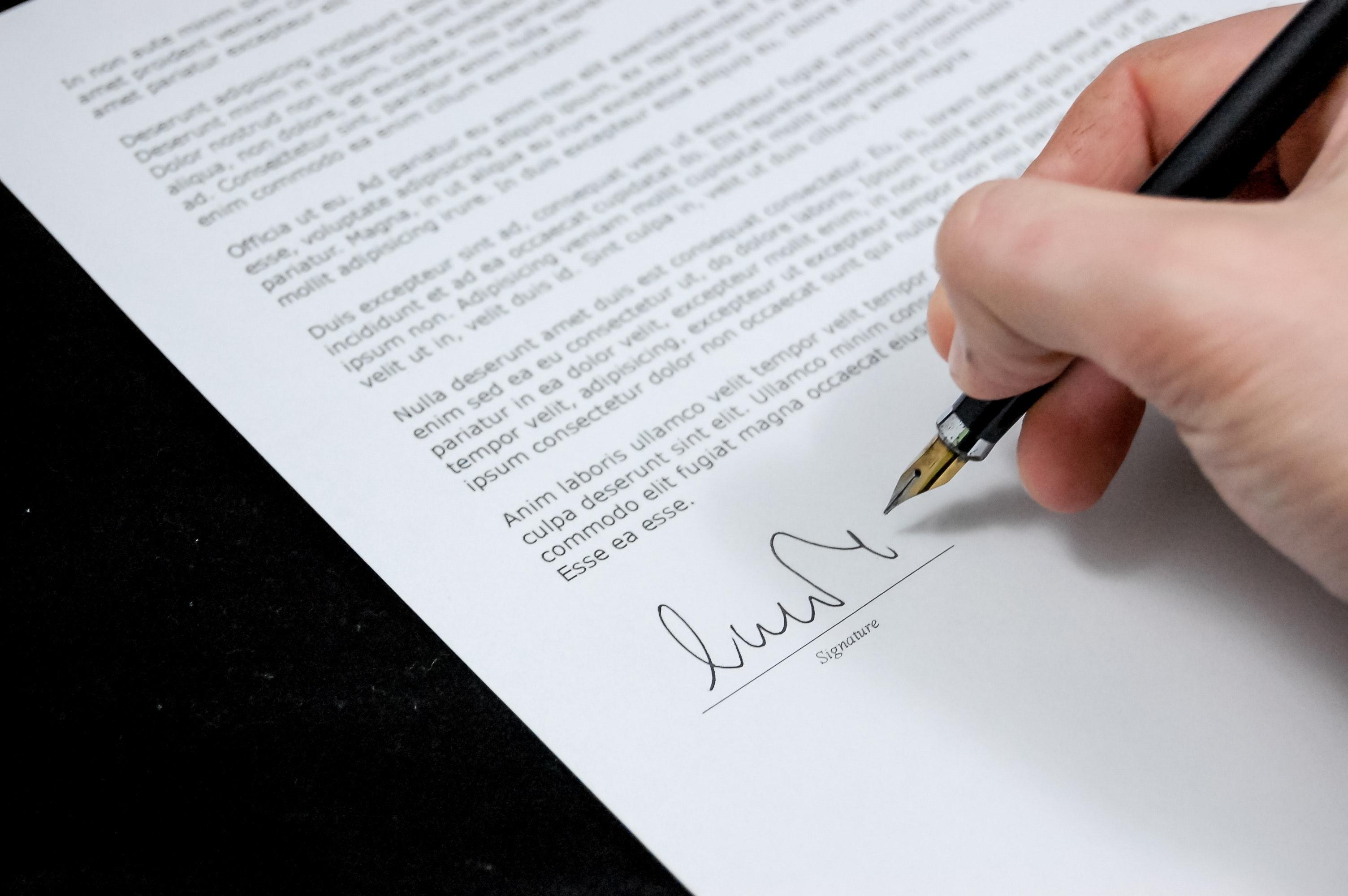 Unterlagen werden unterschrieben