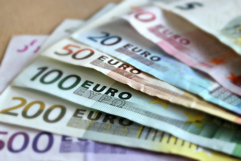 Euro-Scheine im Wert von 500€ bis 5€ im Wert absteigend aufgefächert