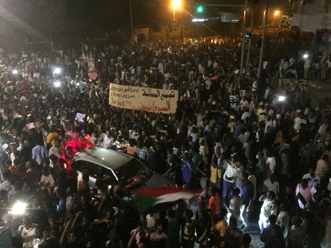 """Sudan, esercito circonda palazzo presidenziale: """"Colpo di Stato, Al Bashir si è dimesso"""""""