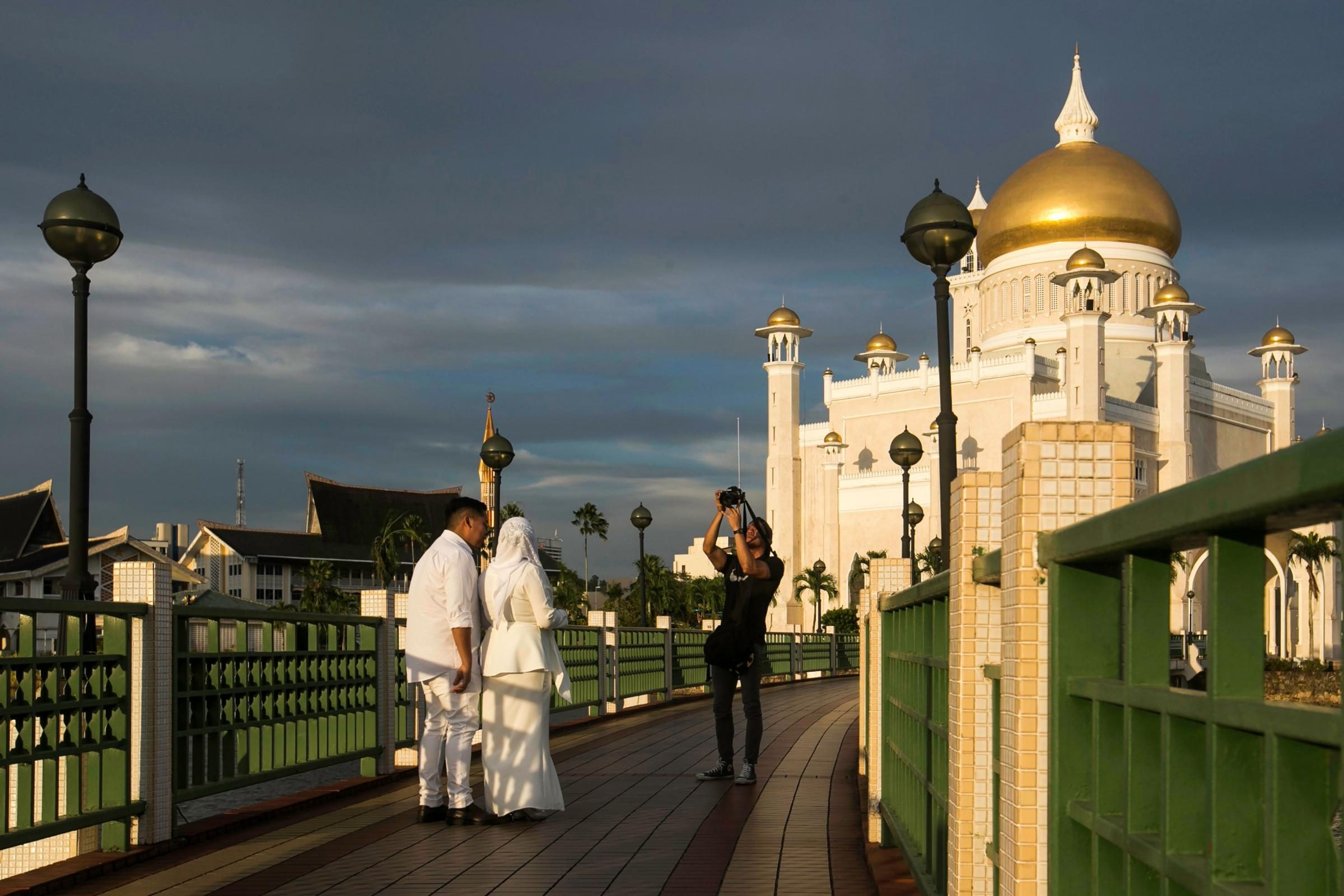 """Brunei, in vigore la pena di morte con lapidazione per gay e adulteri: """"Punizioni medievali"""""""
