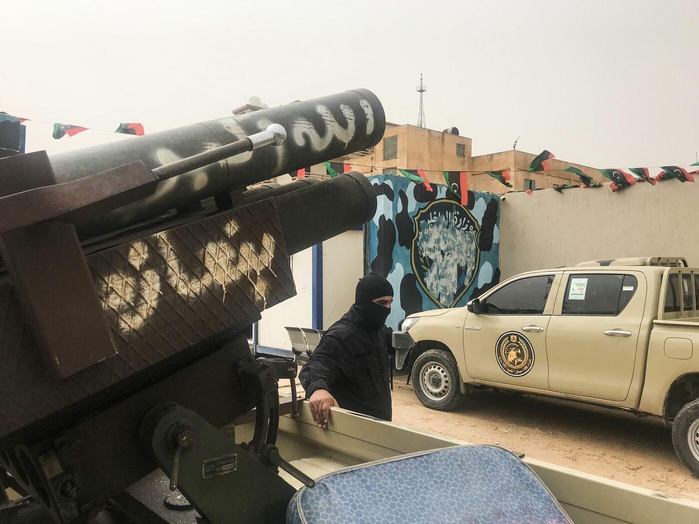 Libia, continuano gli scontri vicino Tripoli: l'Eni fa evacuare il personale italiano
