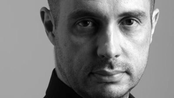 Il direttore d'orchestra Mazzoleni crolla a terra durante un concerto: è in fin di vita