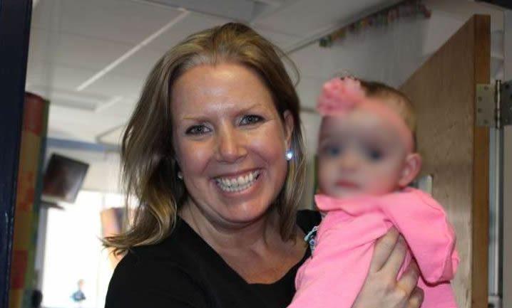 Nata prematura, per 5 mesi nessuno le fa visita in ospedale: adottata dall'infermiera