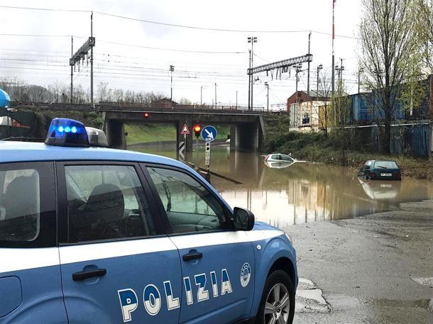 La Spezia, padre e figlio intrappolati in un sottopasso sommerso dall'acqua e salvati dalla polizia