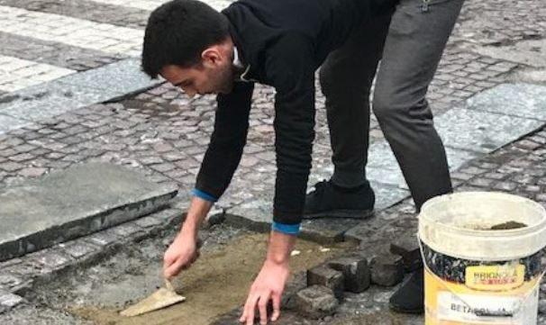 Torino, vede buca in strada durante passeggiata: 22enne prende gli attrezzi e la sistema