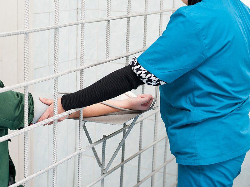 Scandalo in carcere: infermiera si innamora del detenuto e gli passa un cellulare