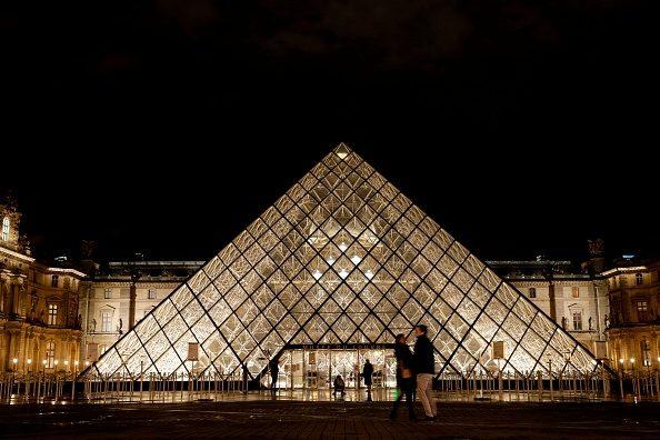 Al Louvre con Monna Lisa di notte: Airbnb mette in palio l'alloggio più incredibile al mondo