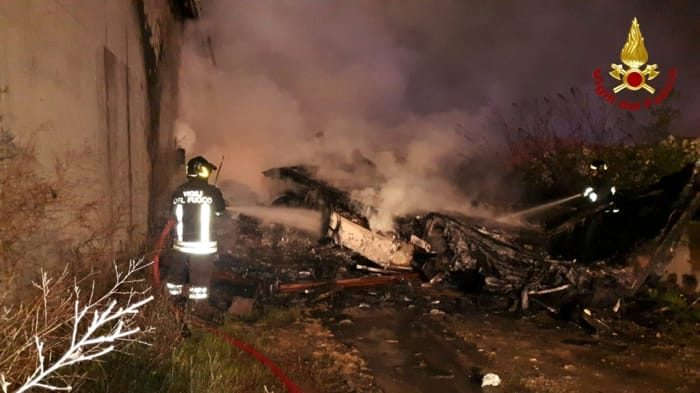 Dramma in autostrada, tir precipita dal cavalcavia e va a fuoco: camionista muore carbonizzato
