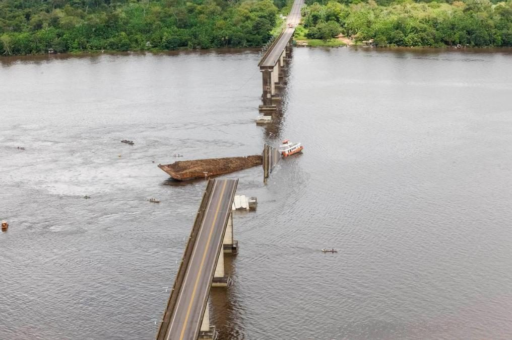 Brasile, barca colpisce un ponte e lo fa crollare: auto finiscono in acqua, si cercano vittime