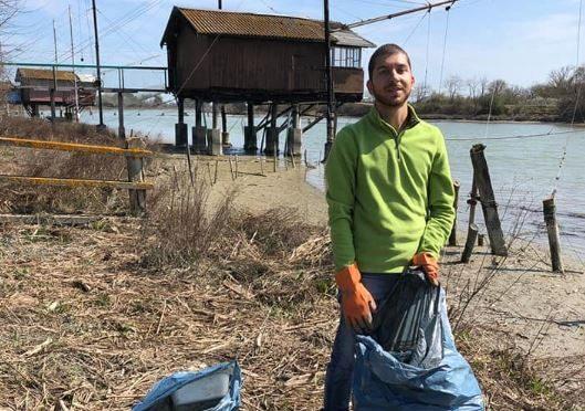 Ravenna, scoprono spiaggia piena di rifiuti durante passeggiata: 2 amici la ripuliscono