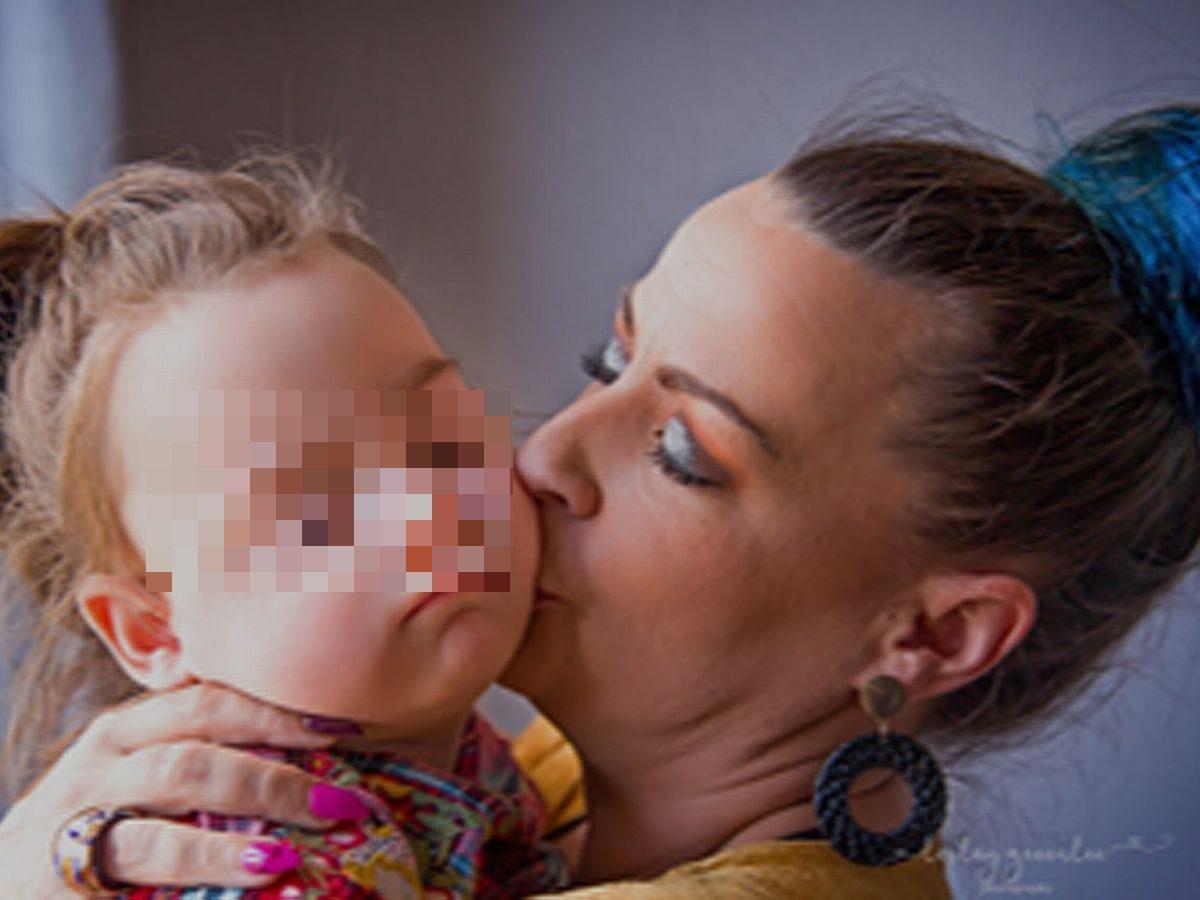 """Bimba di due anni affetta da demenza infantile. La mamma: """"Aiutatemi, la sto perdendo"""""""