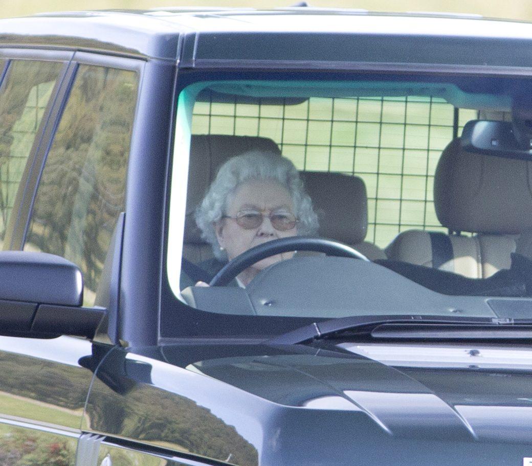 La regina è l'unica inglese a poter guidare senza patente, da oggi non avrà più questo privilegio