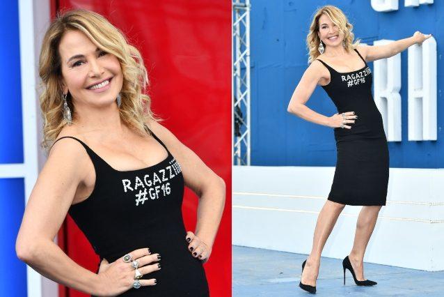 """Barbara D'Urso lancia il GF 16 con il tubino """"Ragazziiiii"""": l'abito è riciclato ma compare l'hashtag"""