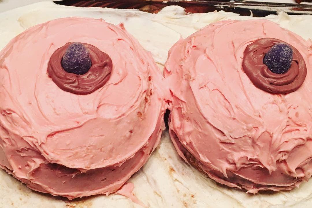 #Boobvoyage: prima di sottoporsi a una doppia mastectomia organizza un party per dire addio al seno