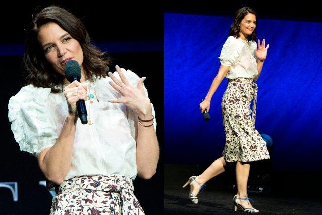 Katie Holmes, dettaglio sexy sul red carpet: la camicia è trasparente e rivela il reggiseno fucsia