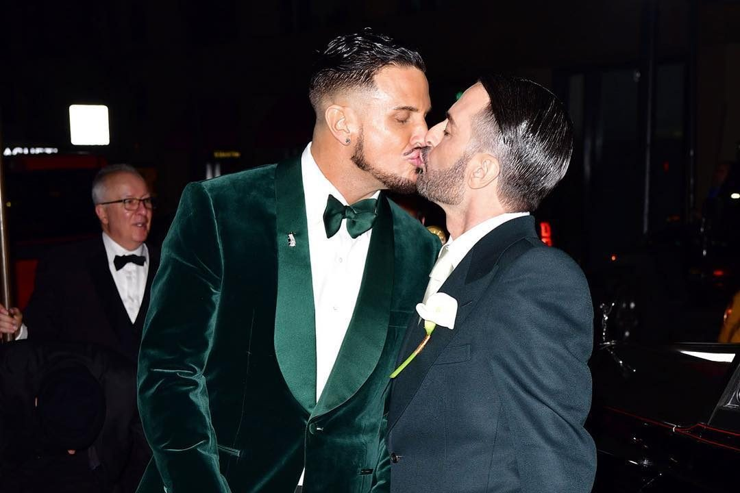 Marc Jacobs sposa Char Defrancesco: il Royal Wedding della moda tra ospiti celebri e smoking