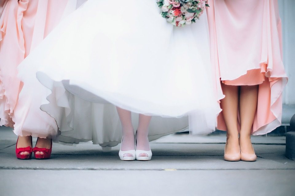 La sposa dittatrice: scrive una lista di obblighi per le damigelle, dalla manicure all'abbronzatura