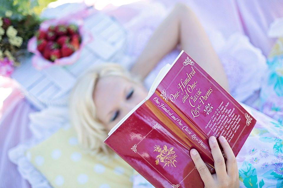 Leggere almeno 3 libri all'anno rende più felici: ecco perché