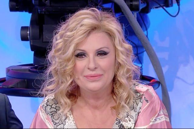 """L'appello di Tina Cipollari a Maria De Filippi: """"Fammi rivedere Daniele, la mia scelta nel 2001"""""""