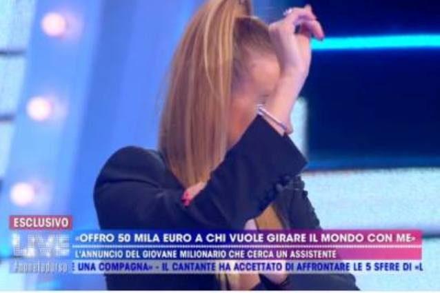 """Milionario offre 50 mila euro per un'assistente, 'ombrello' di Taylor Mega: """"Guadagno molto di più"""""""