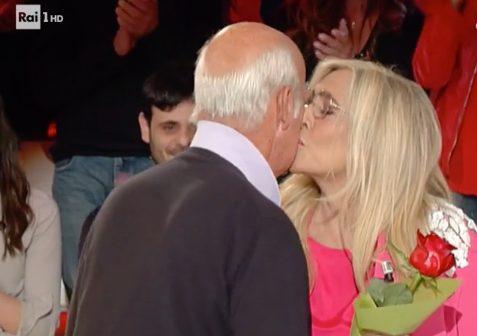 Sorpresa romantica per Mara Venier: il marito Nicola Carraro entra in studio con una rosa
