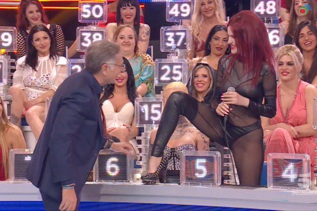 """Ciao Darwin, la Diva del Tubo a Paolo Bonolis: """"Posso prenderti a calci nei gioielli di famiglia?"""""""