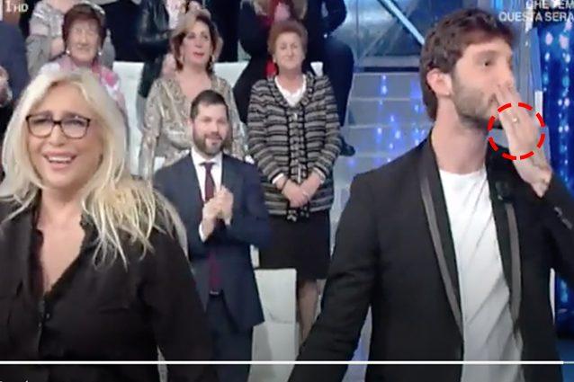 """Stefano De Martino indossa la fede a Domenica In, Mara Venier: """"Stavolta te la sei messa"""""""