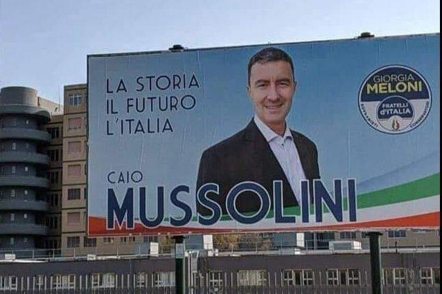 Fa discutere il cartellone in 'fascio font' del pronipote del Duce, Caio Mussolini